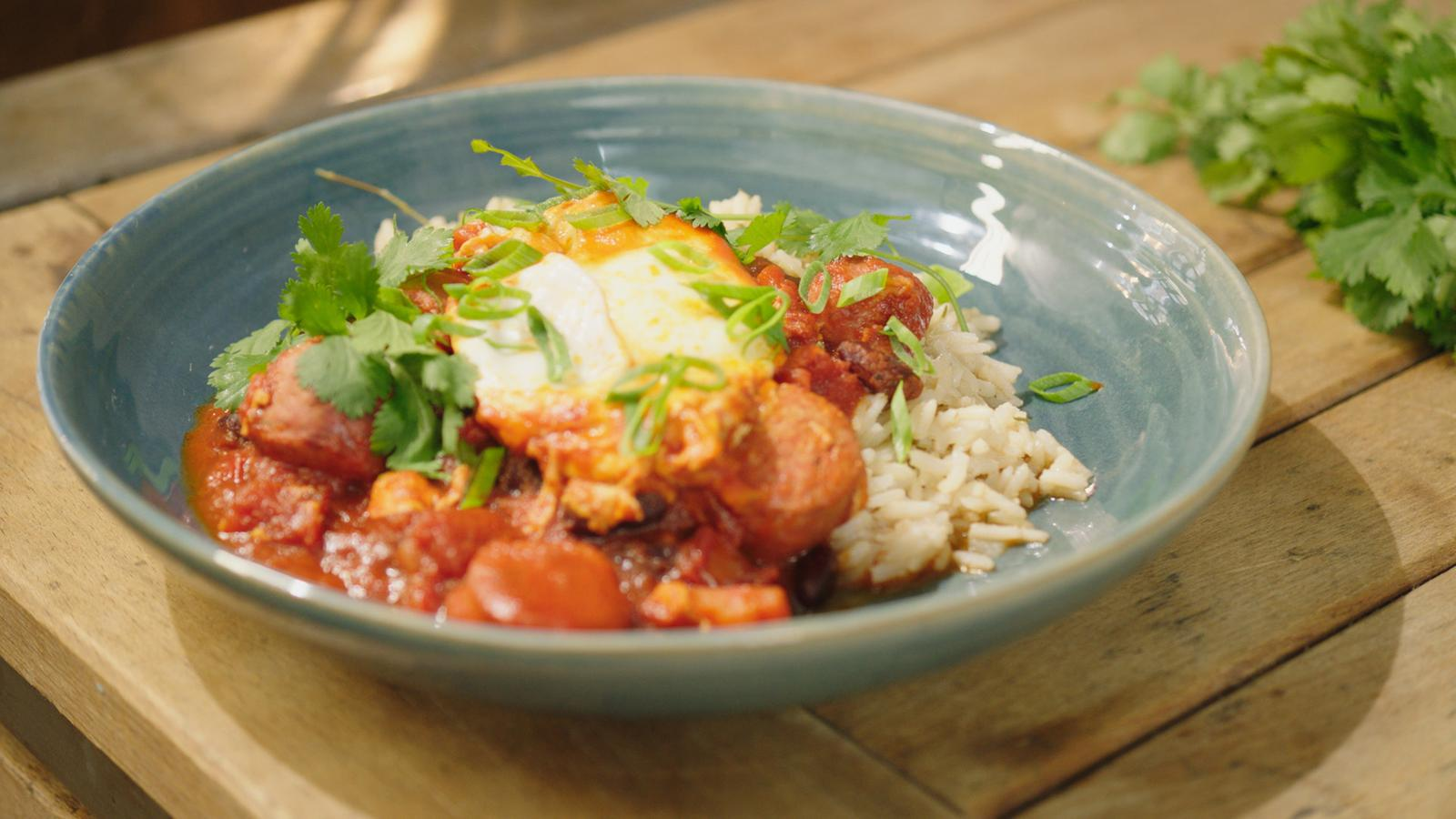 Chili con carne met chorizo en gepocheerde eieren