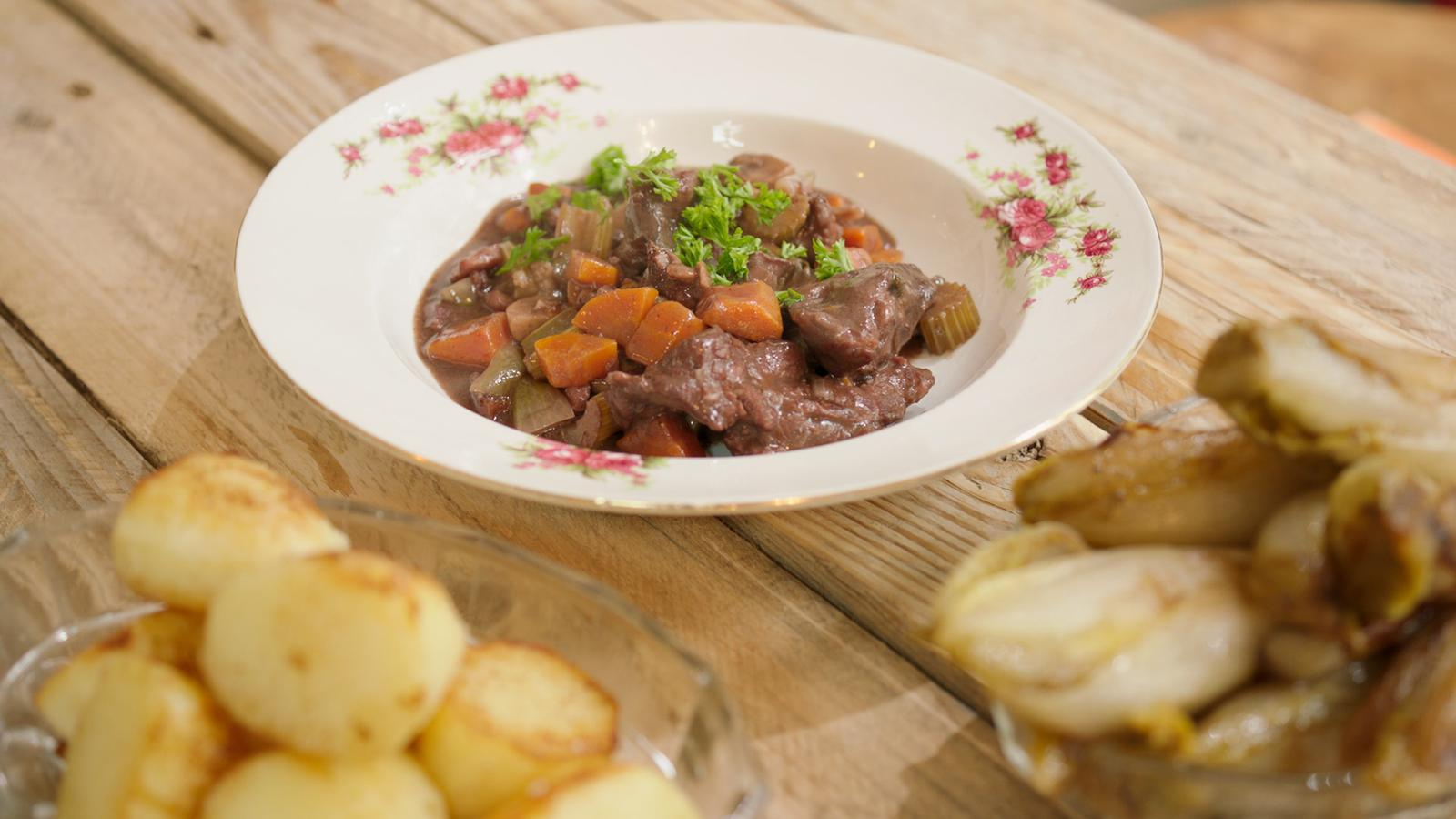 Boeuf bourguignon met gebakken aardappelen en witloof