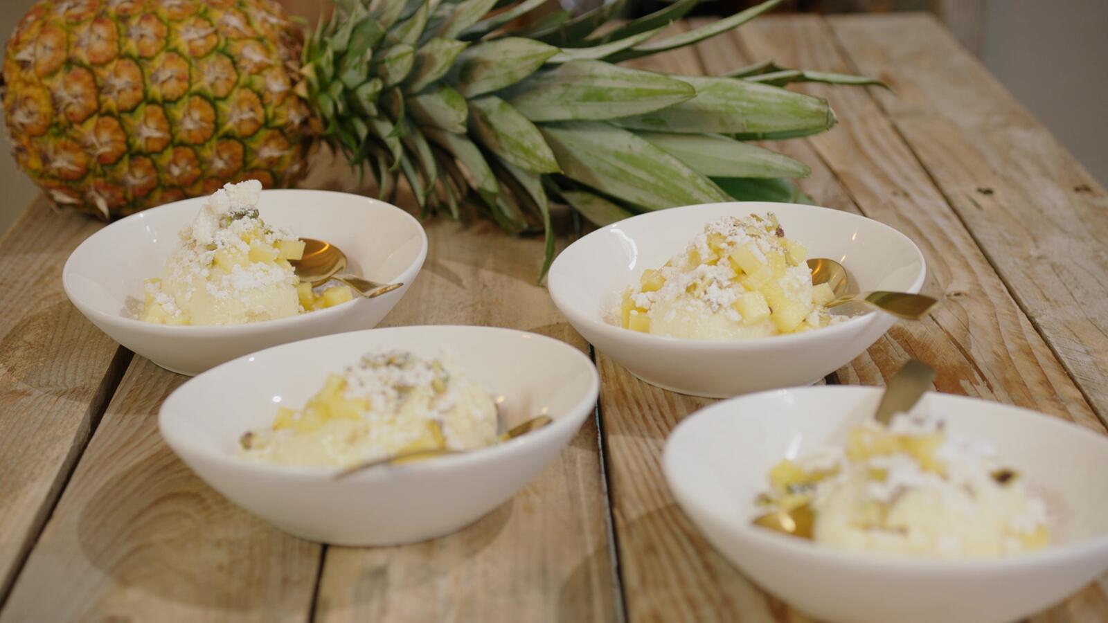 Witte chocolademousse met ananas en eiwitschuimpjes
