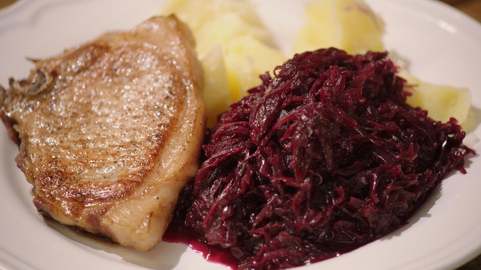 Kotelet met rodekool en gekookte aardappelen