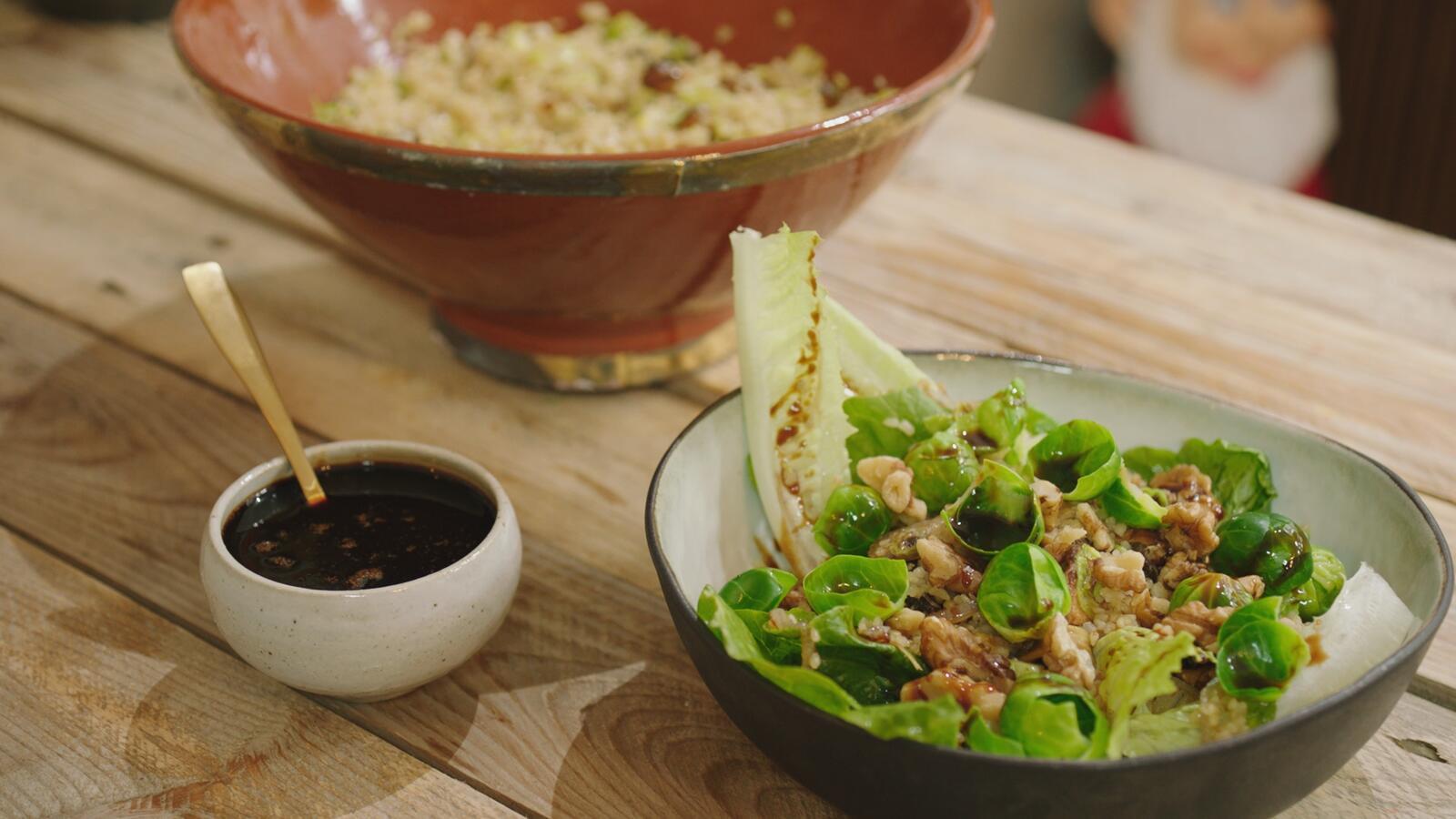 Salade met bulgur, boschampignons, spruitjes en portosiroop