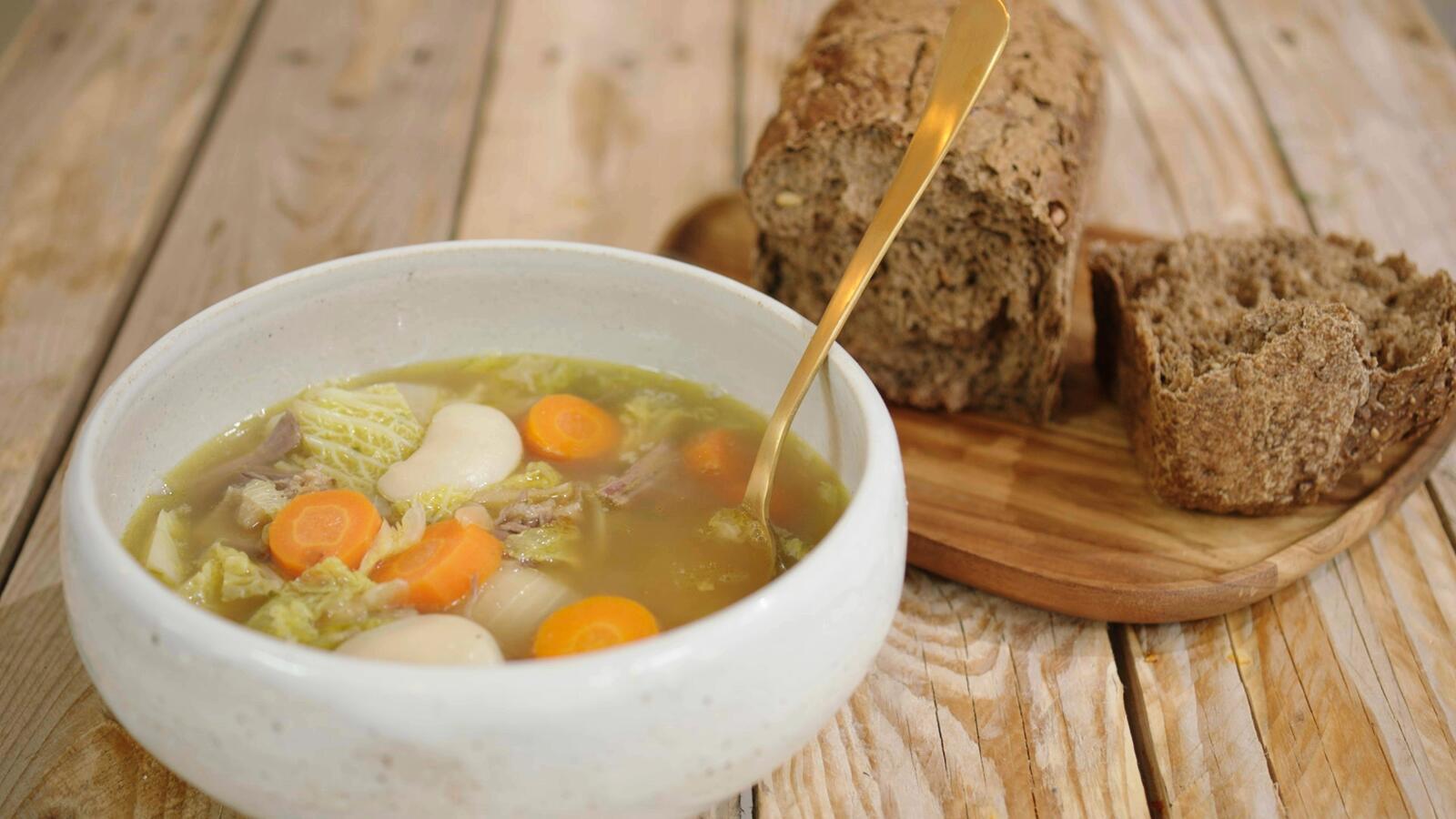 Maaltijdsoep met soepvlees, kool en rapen