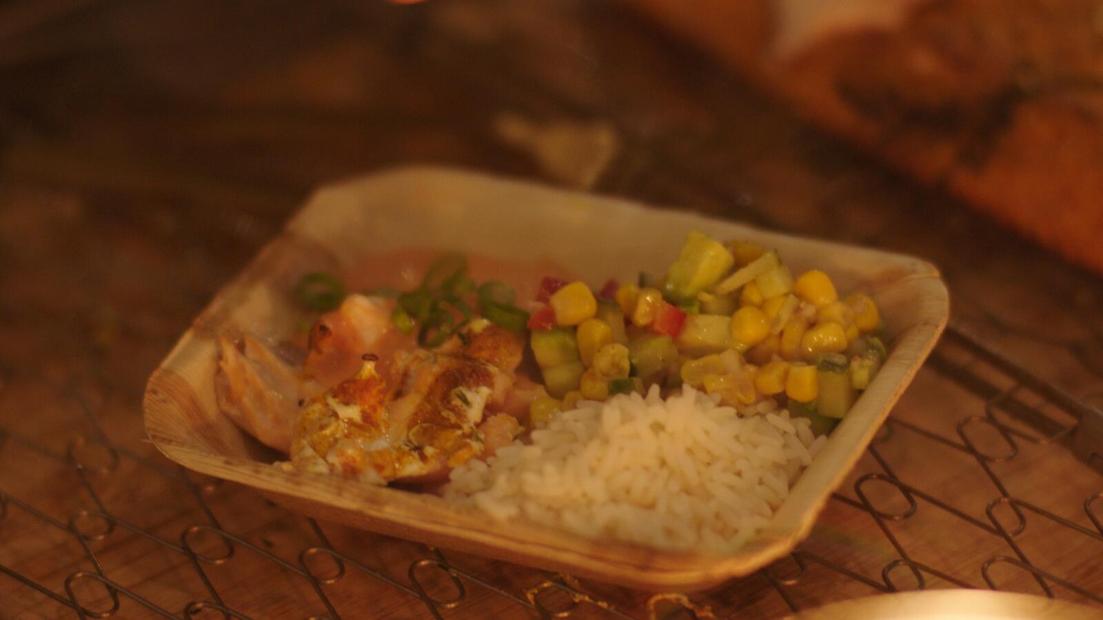 Gegrilde zalm met rijstsalade en paprikadip
