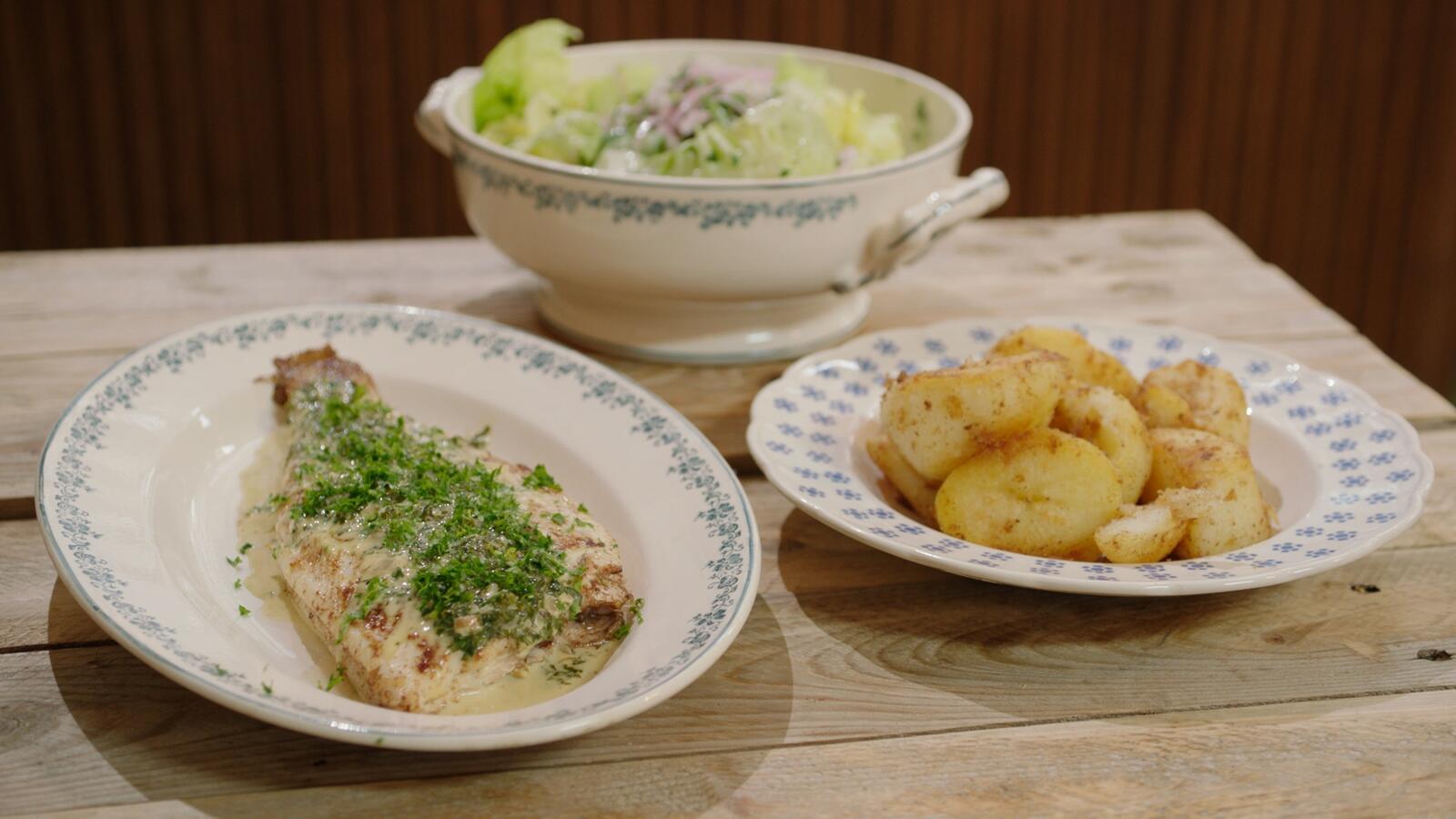 Tongschar met peterseliesaus, aardappelen en kropsla