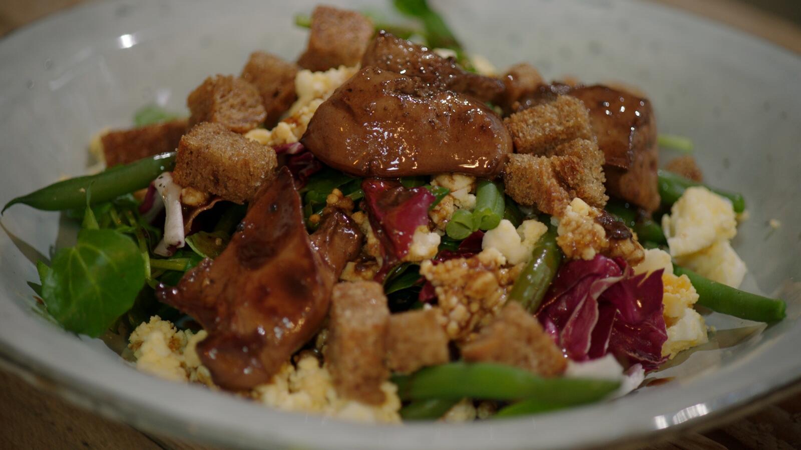 Salade van kippenlever, boontjes en jonge spinazie