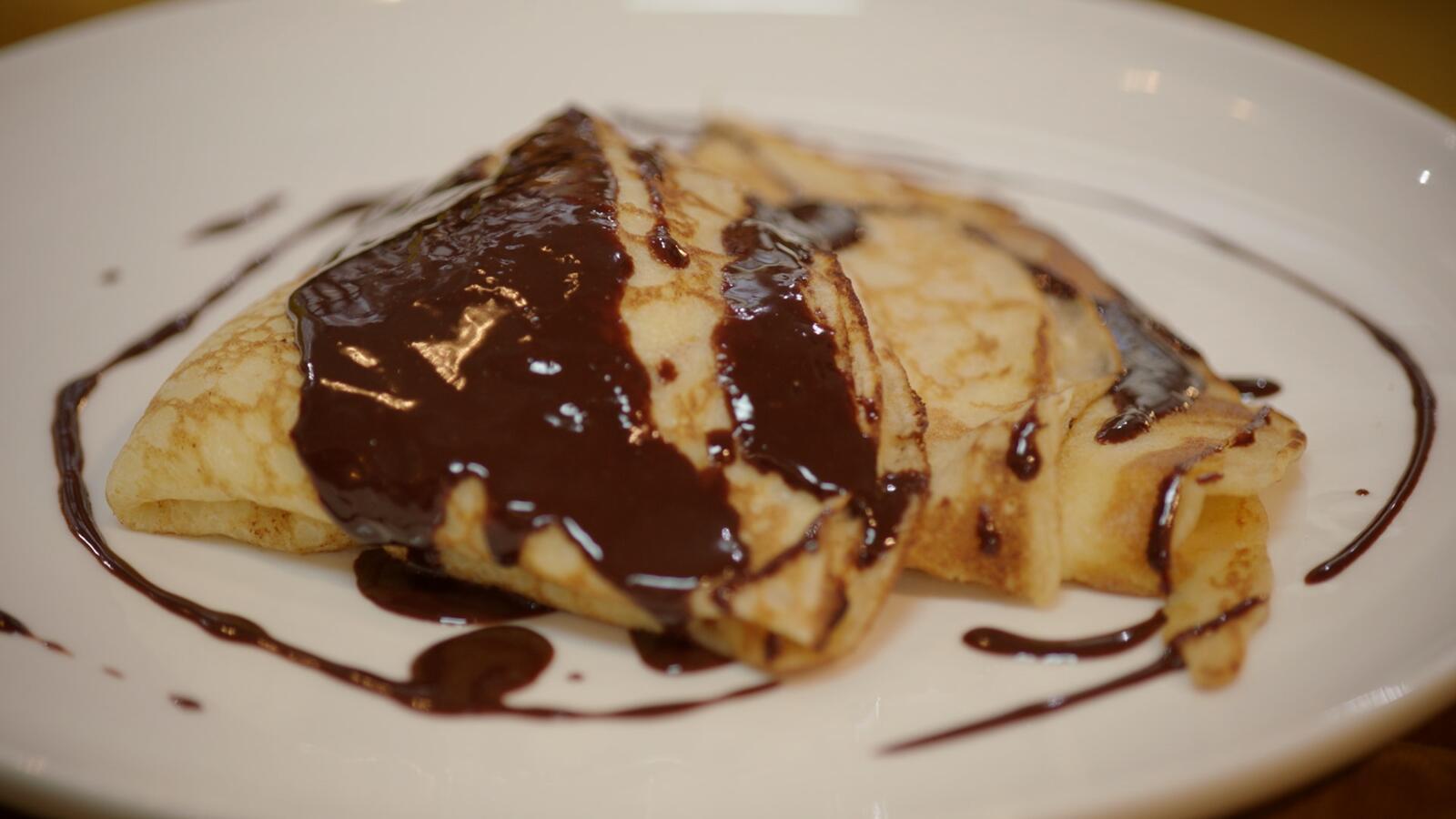 Pannenkoeken met banketbakkersroom en warme chocoladesaus