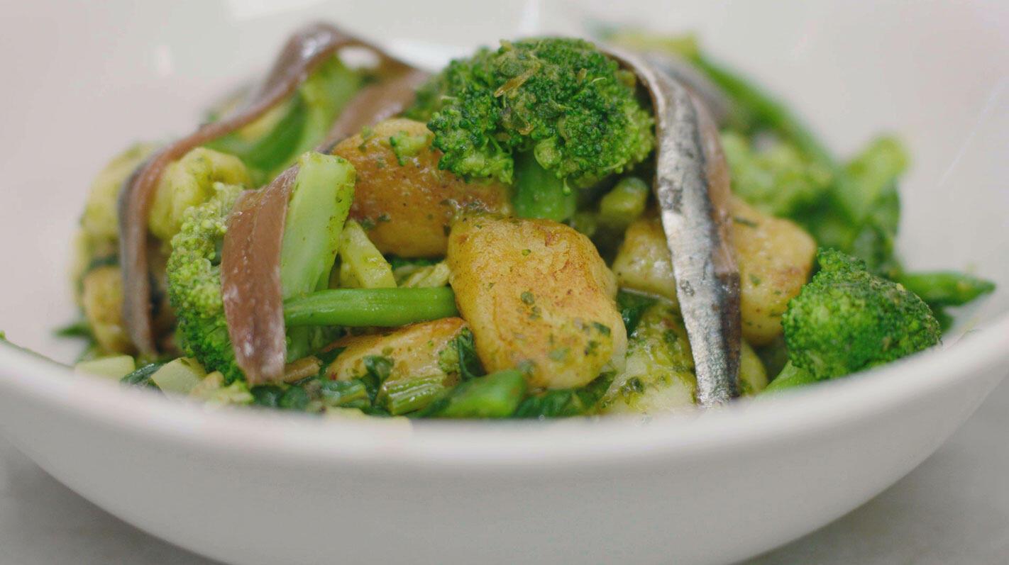 Gnocchi met groene groenten, ansjovis en salsa verde