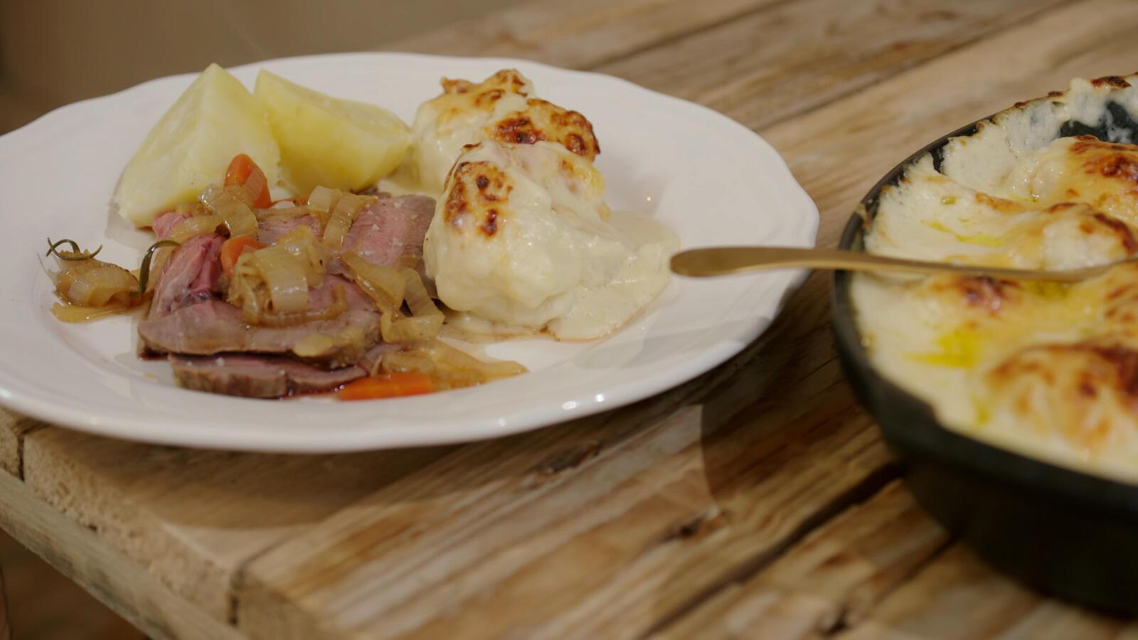 Rosbief, gegratineerde bloemkool en gebakken aardappelen