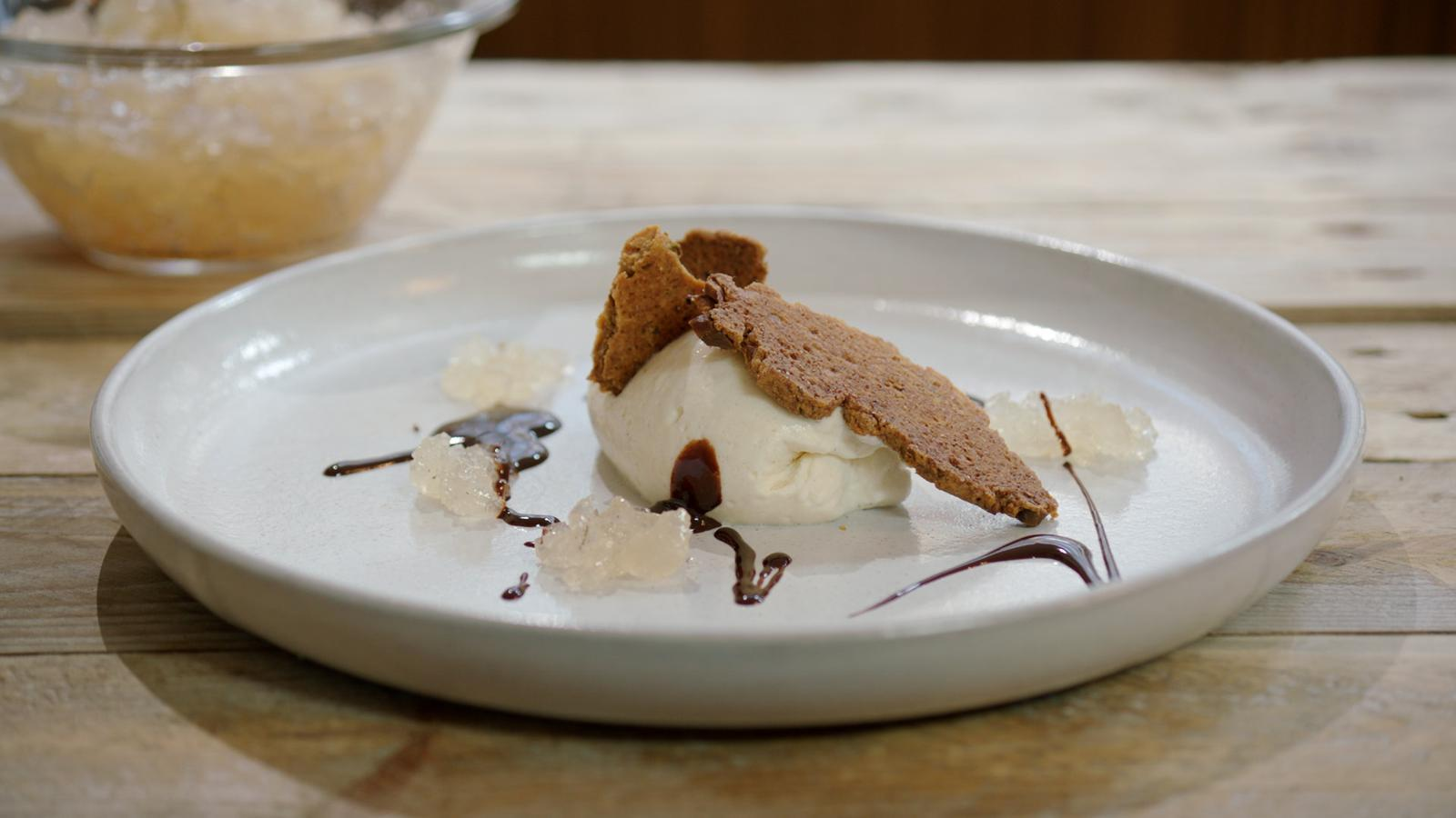 Mousse en gelei van kweepeer met pistachekoekjes en chocoladesaus