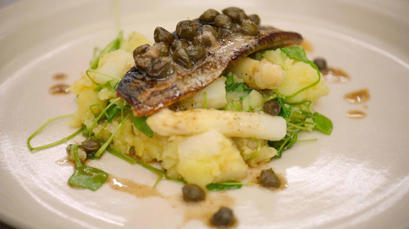 Bakharingen en geplette aardappelen  met witte asperges en postelein