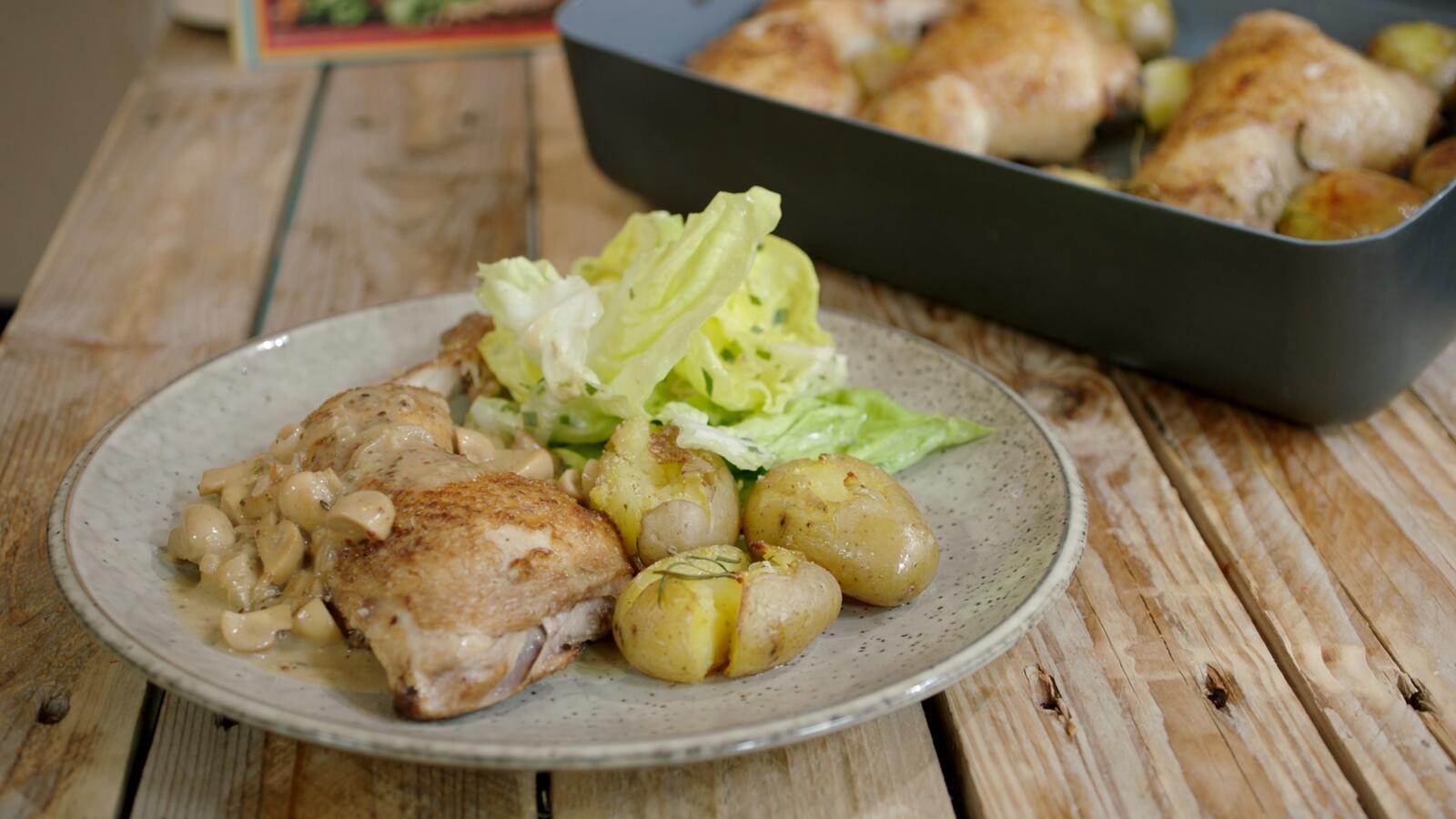 Kippenbouten met krokante aardappel en champignonroom