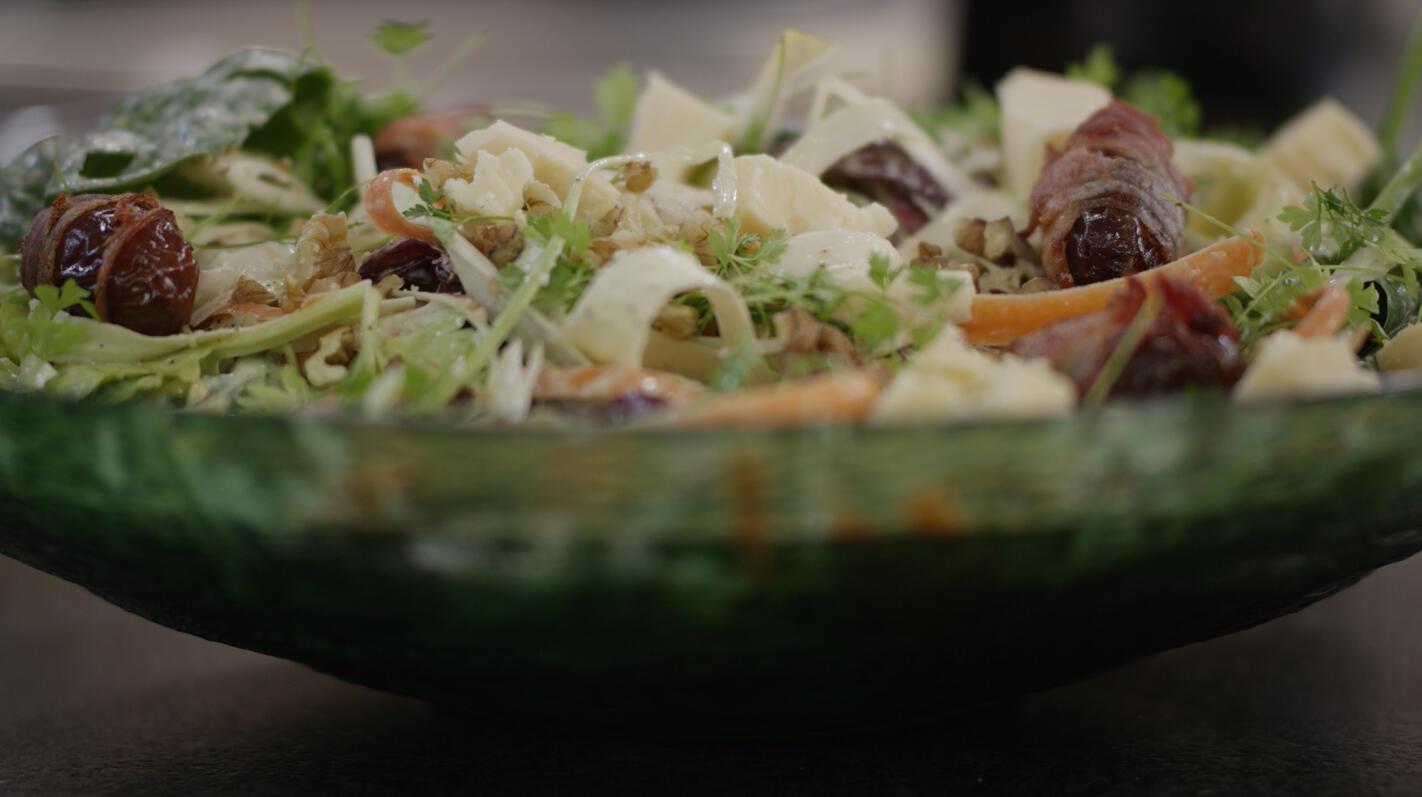 Wintersalade met brokkelkaas, dadels en spek