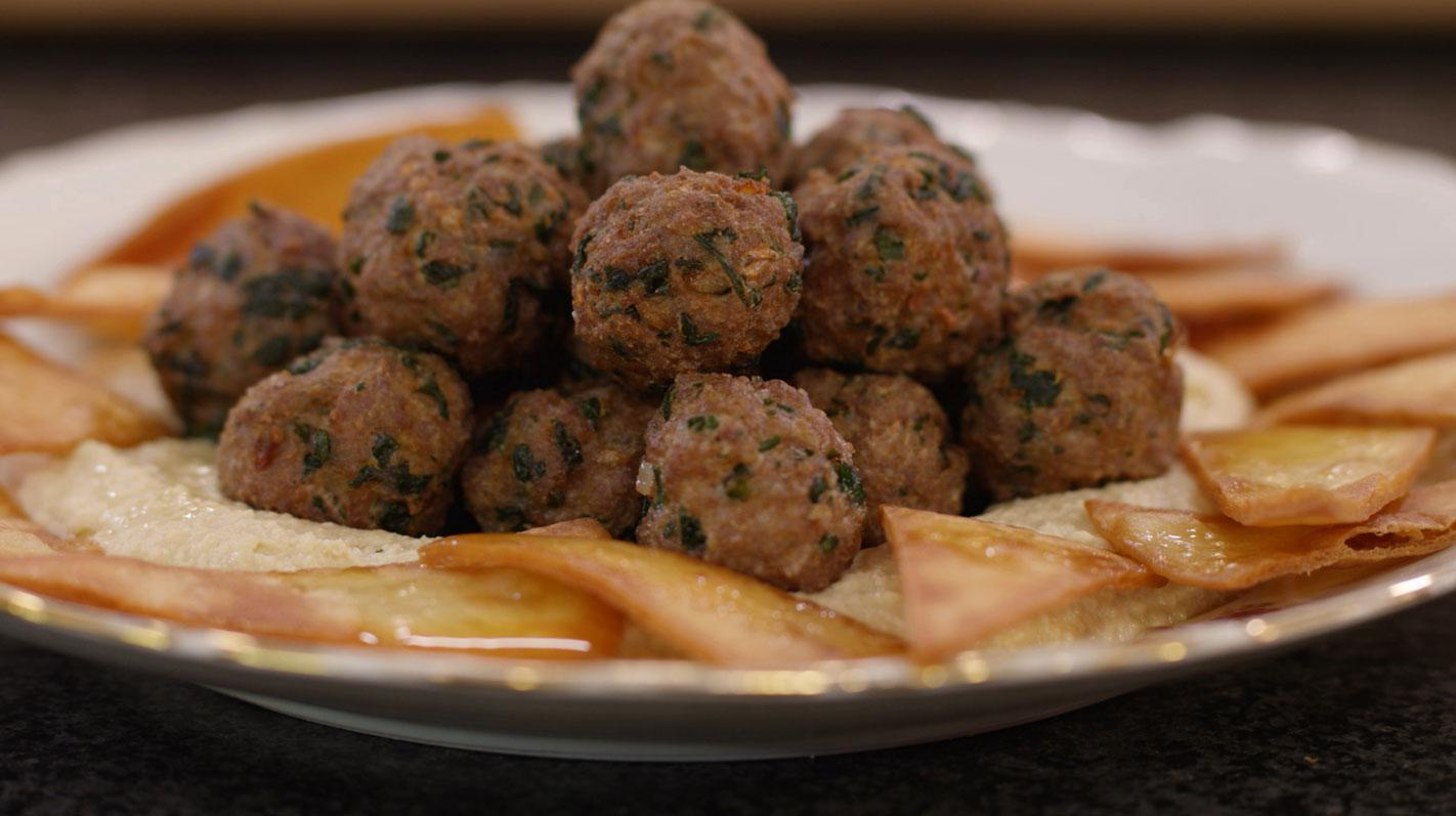 Gefrituurde lamsballetjes met hummus