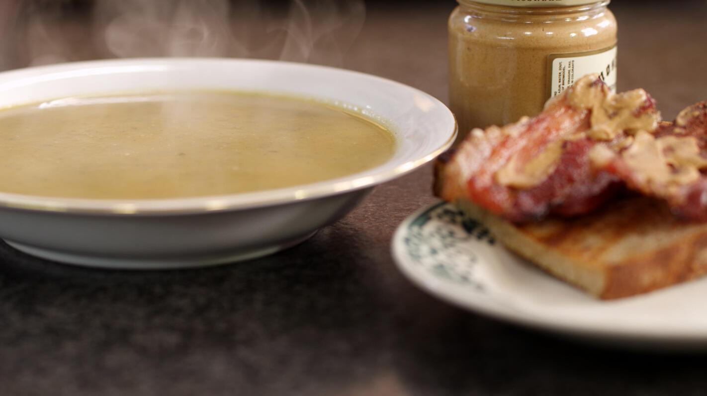 Dikke rapensoep en toast met spek