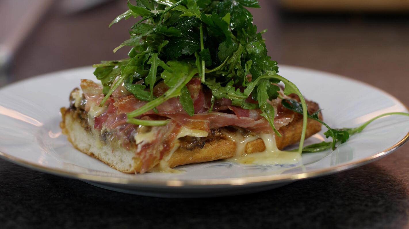Ciabatta-pizza met duxelles, brie en pancetta