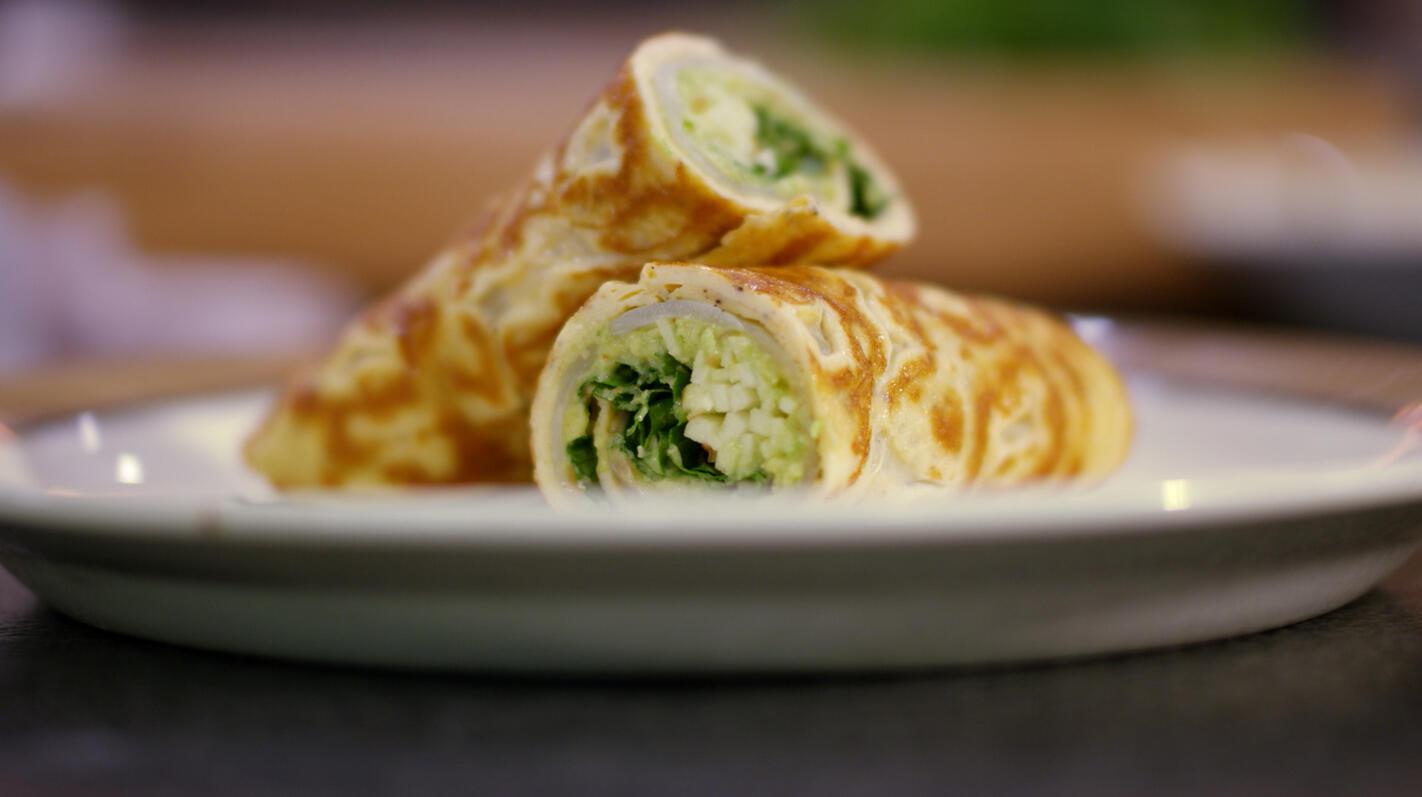 Wrap van omelet met heilbot, avocado en appel