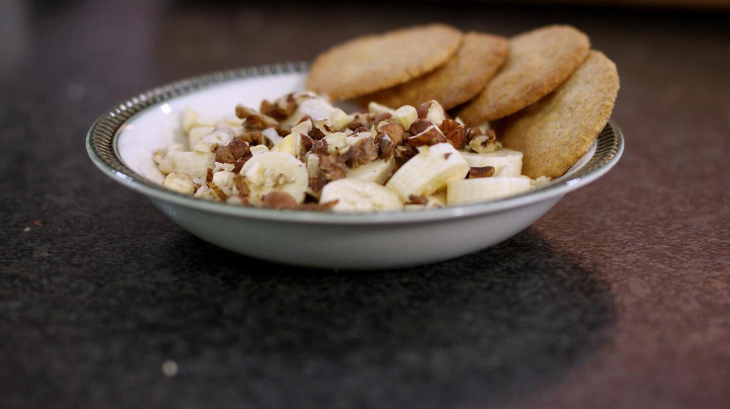 Havermoutkoekjes en verse kaas met banaan en noten