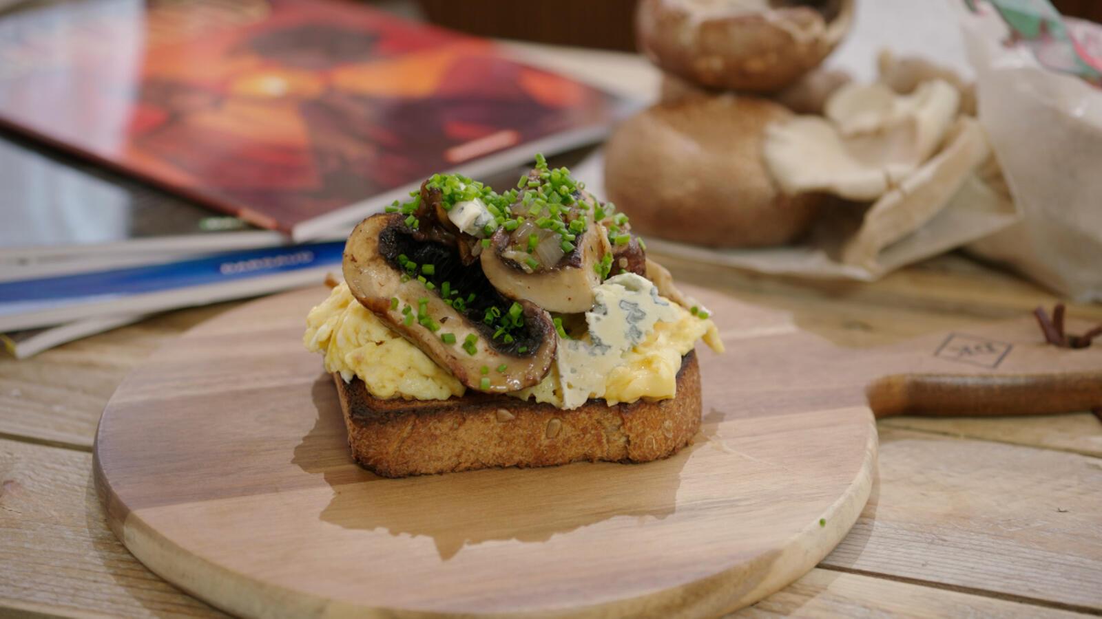 Toast champignon met roerei en blauwe kaas