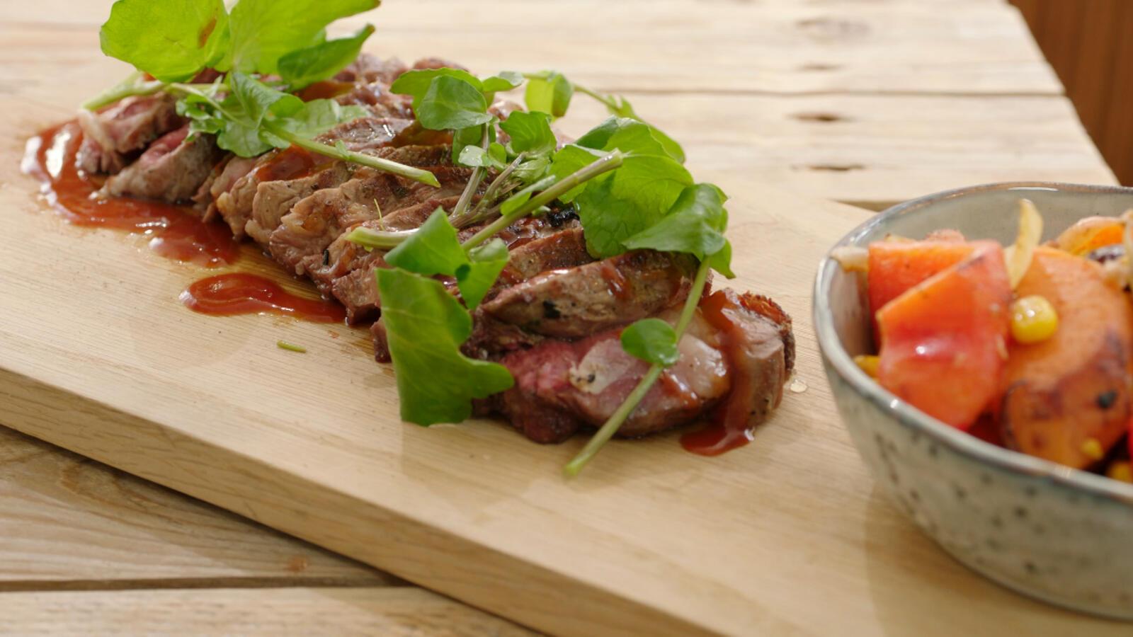 Entrecote met BBQ-saus, zoete aardappel en paprika