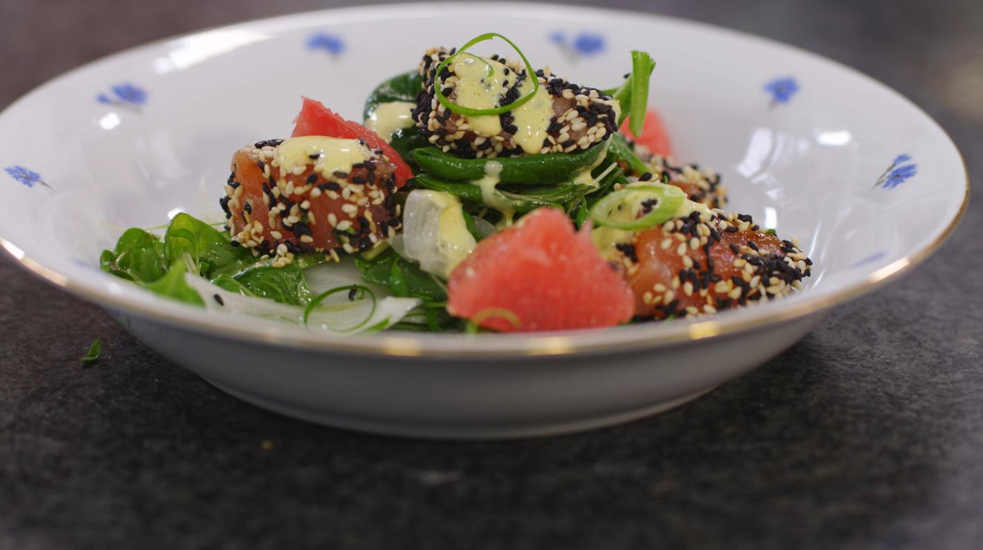 Salade met gemarineerde zalm en milde currysaus