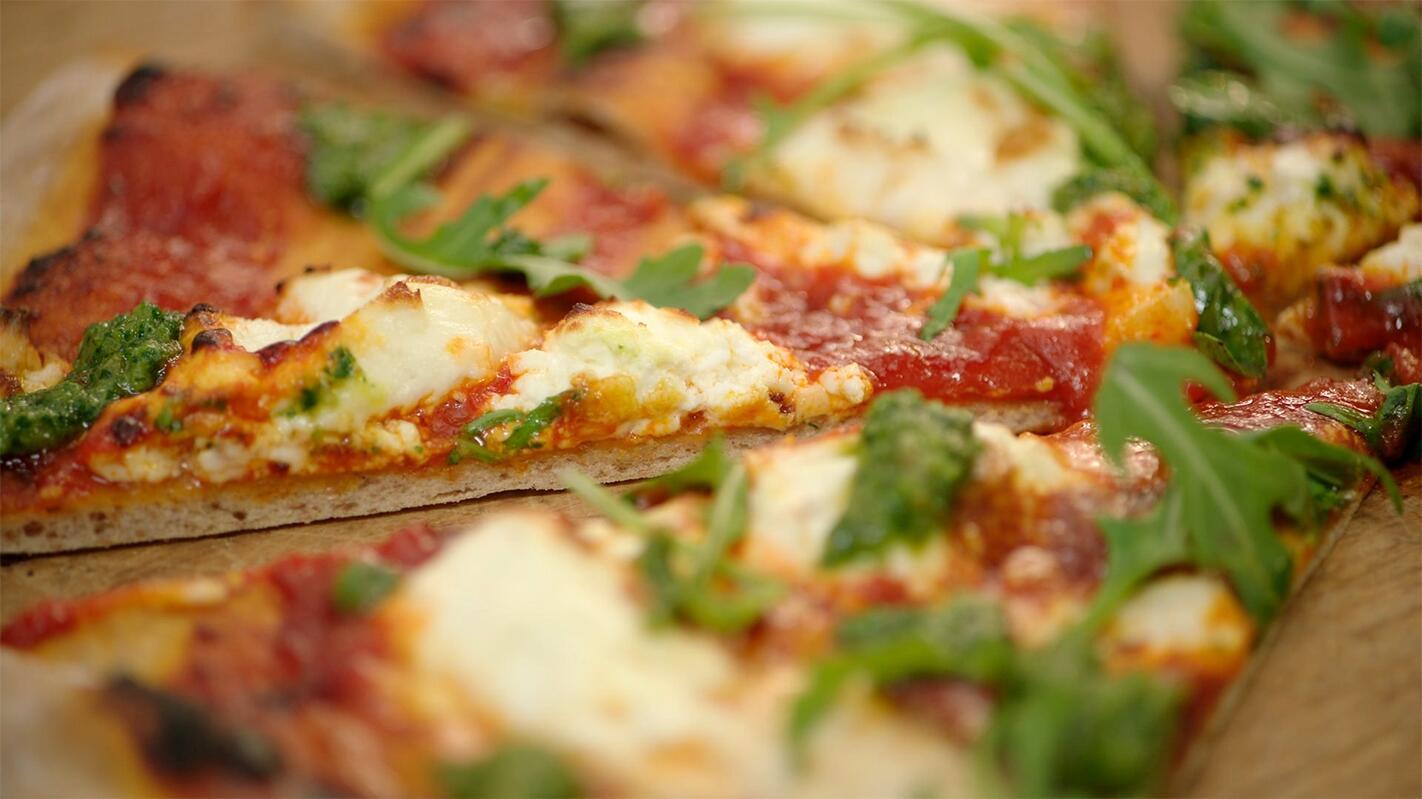Pizza met paprika en geitenkaas