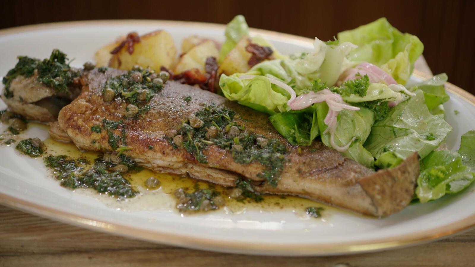 Forel Meunière, gebakken aardappel met spekjes en kropsla