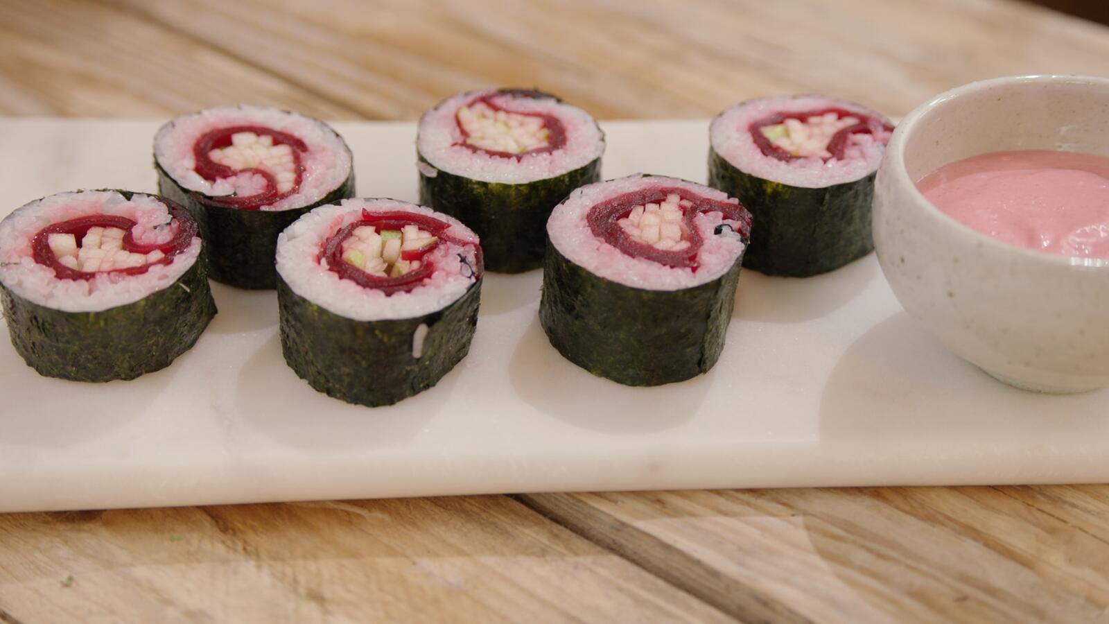 Sushi van rode biet met Granny Smith en mayonaise van rode biet