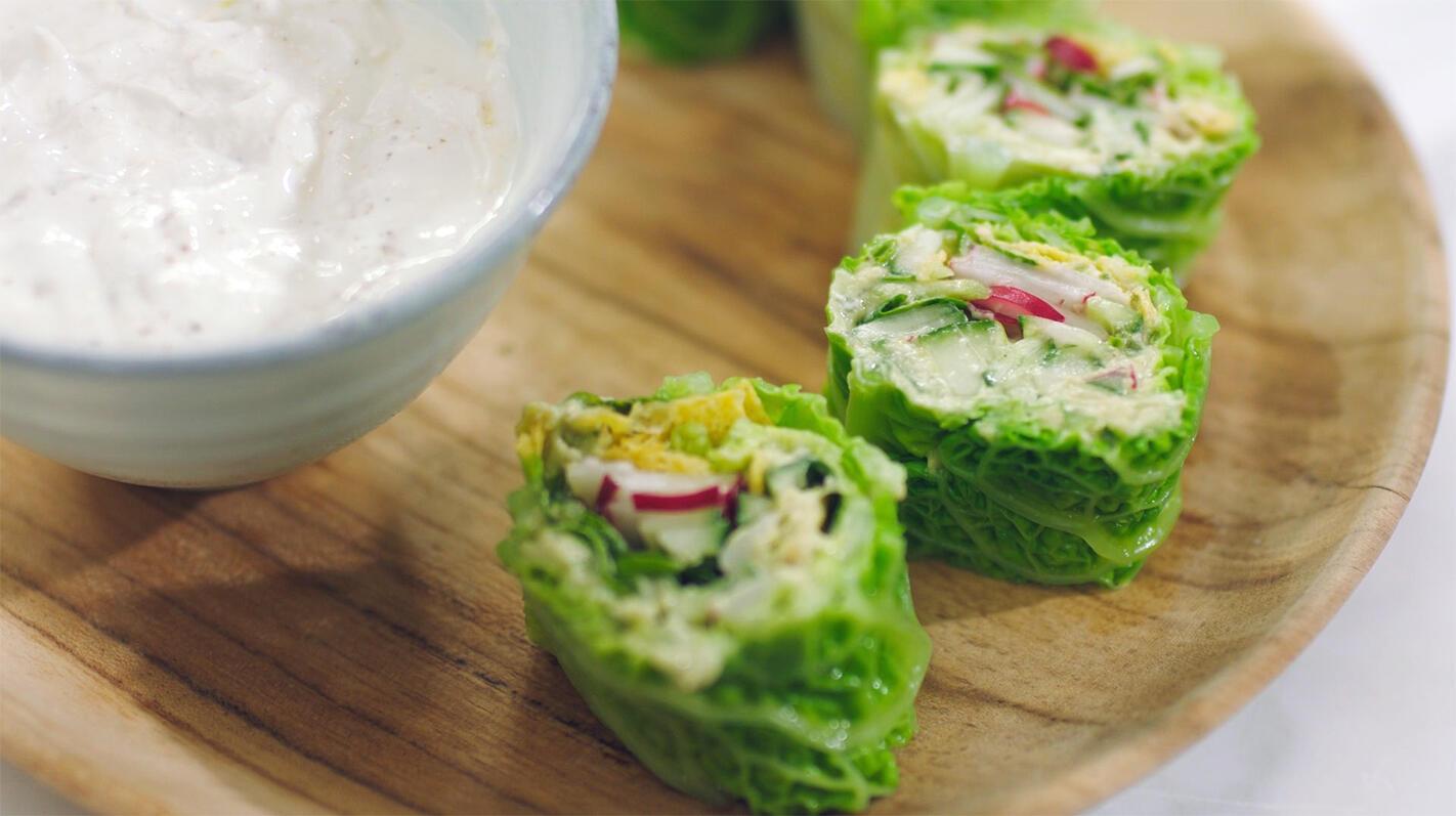 Wraps van groene kool met avocadospread en een pittig dipsausje