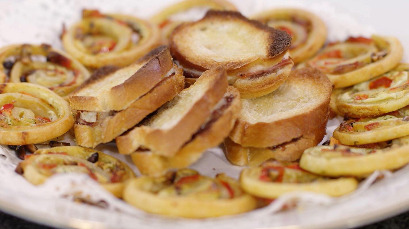 Gerolde koekjes met geitenkaas en mini-croques met vijgenconfituur