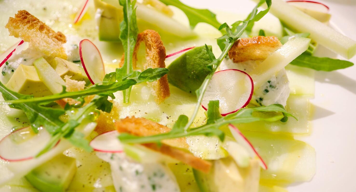 Carpaccio van komkommer met geitenkaas