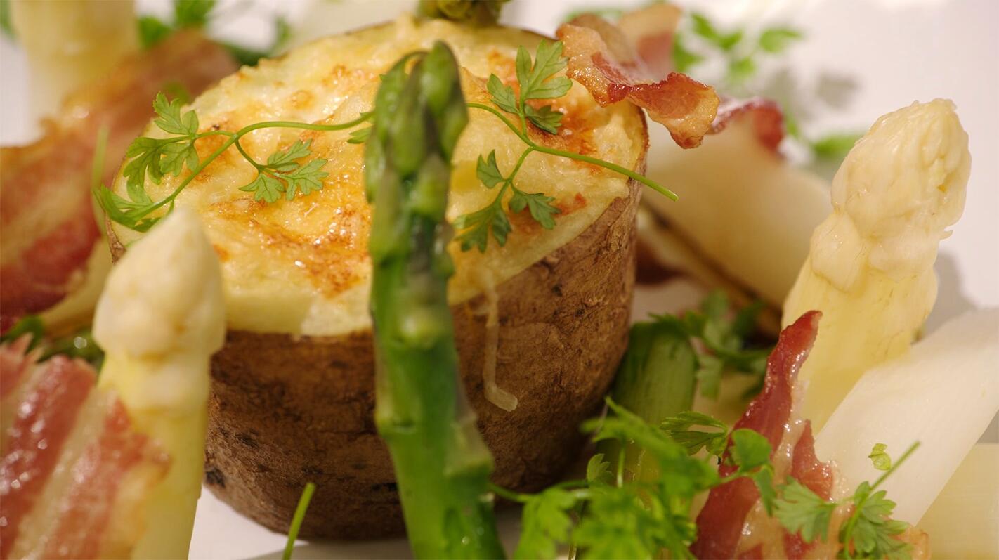 Gevulde aardappel met ei, spek en kaas