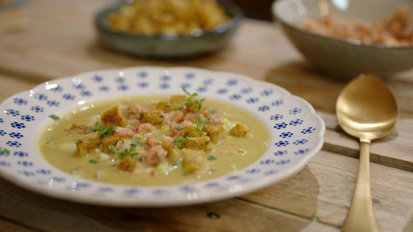 Spitskoolsoep met grijze garnalen en currycroutons