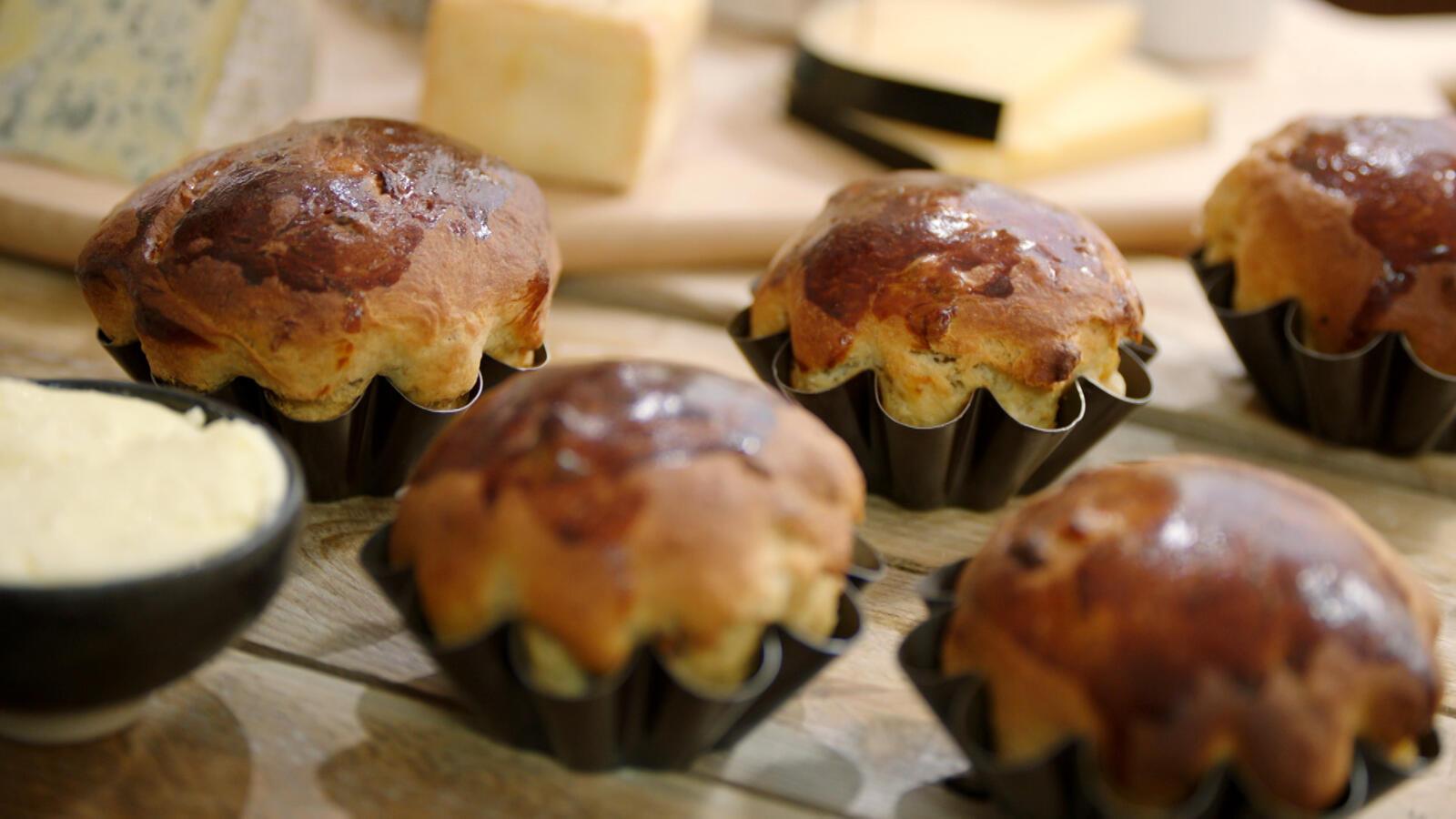 Kaasplankje met Belgische kazen, verse boter en brioche met gedroogde vruchten