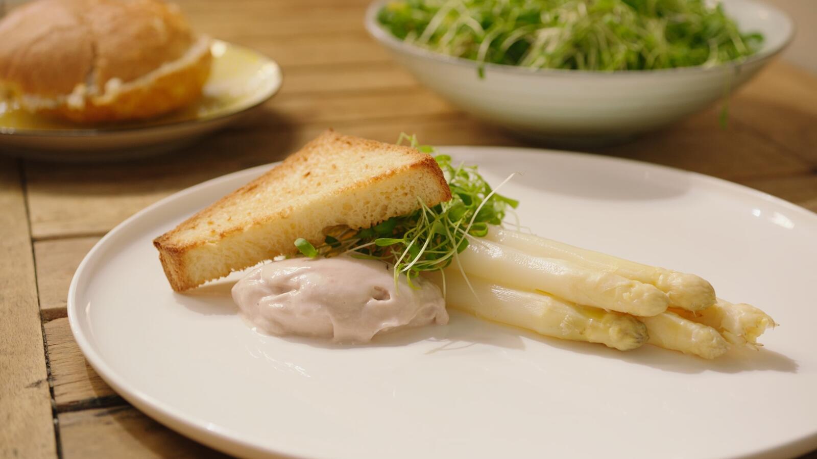 Hammousse en witte asperges met briochetoast