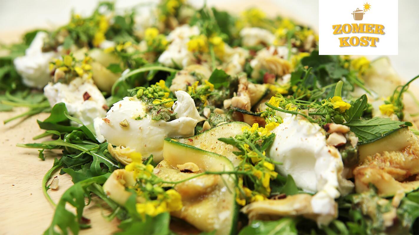 Zomerse salade met burrata, gegrilde groenten en salsa verde