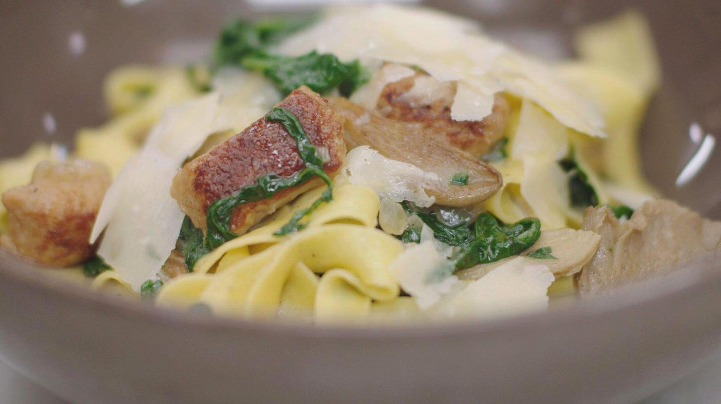 Pasta met balletjes van kippengehakt,  oesterzwam en spinazie