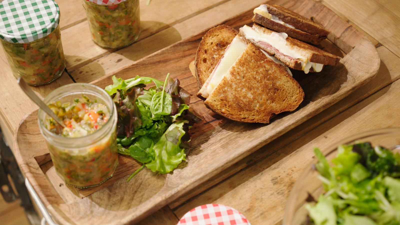 Croque kaas & ham met relish van augurk