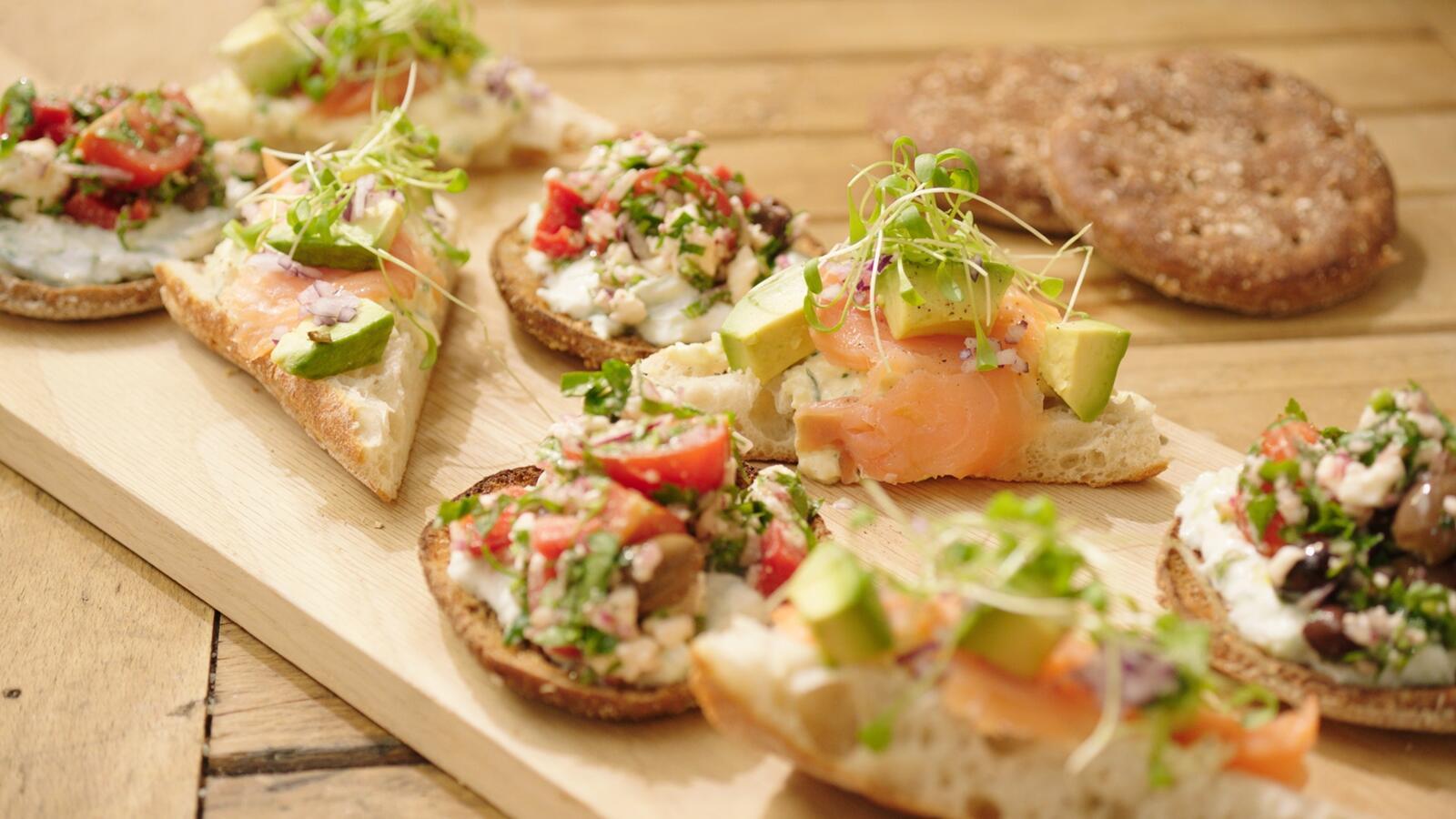 Broodje met Griekse salade en ciabatta met eiersla, avocado en gerookte zalm