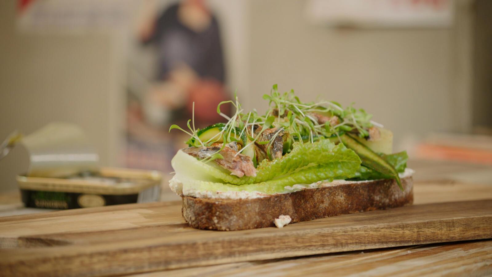 Toast met avocado, komkommer, courgette en sardines