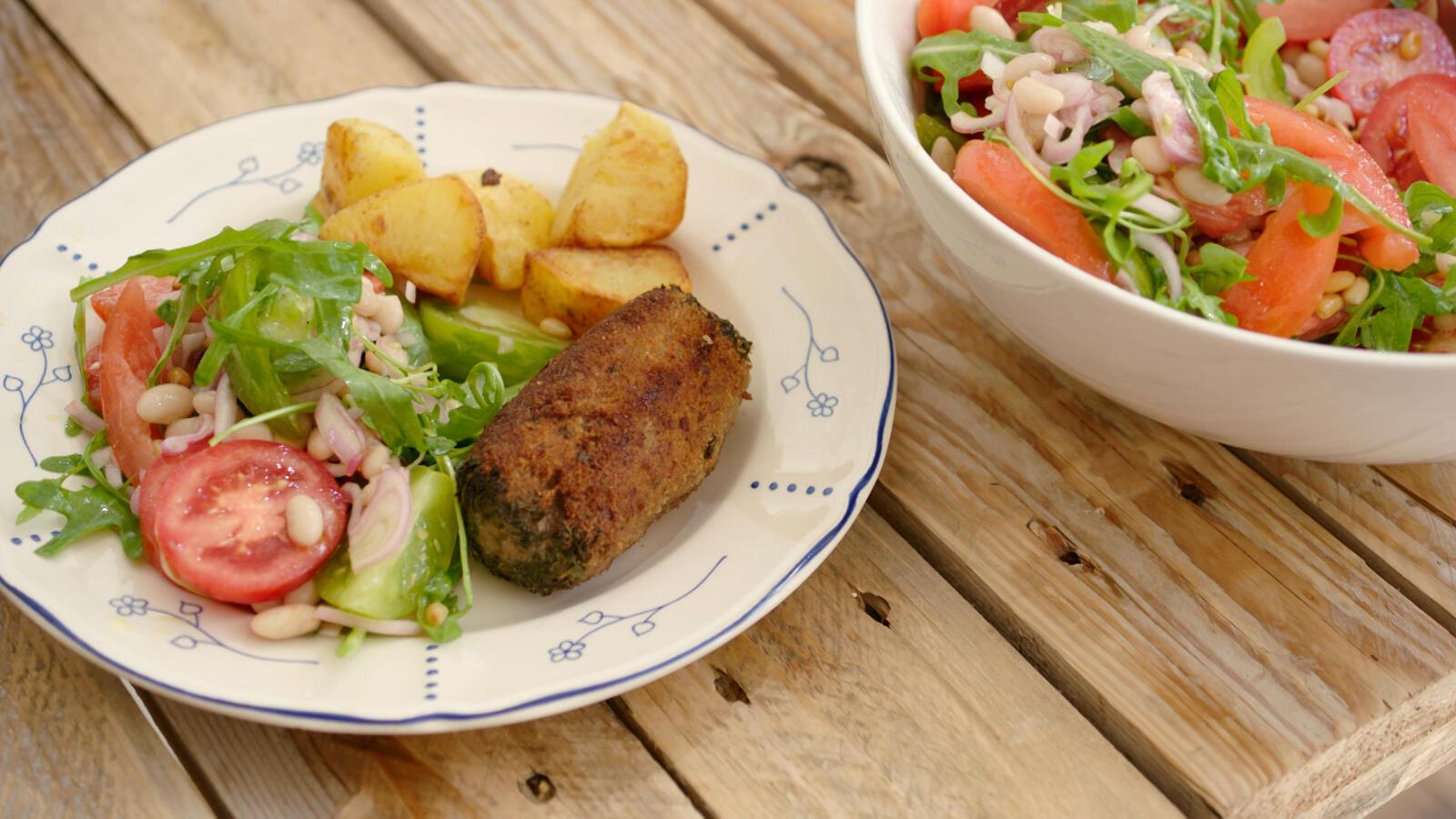 Boomstammetjes met tomaten/witte bonensla en gebakken aardappelen