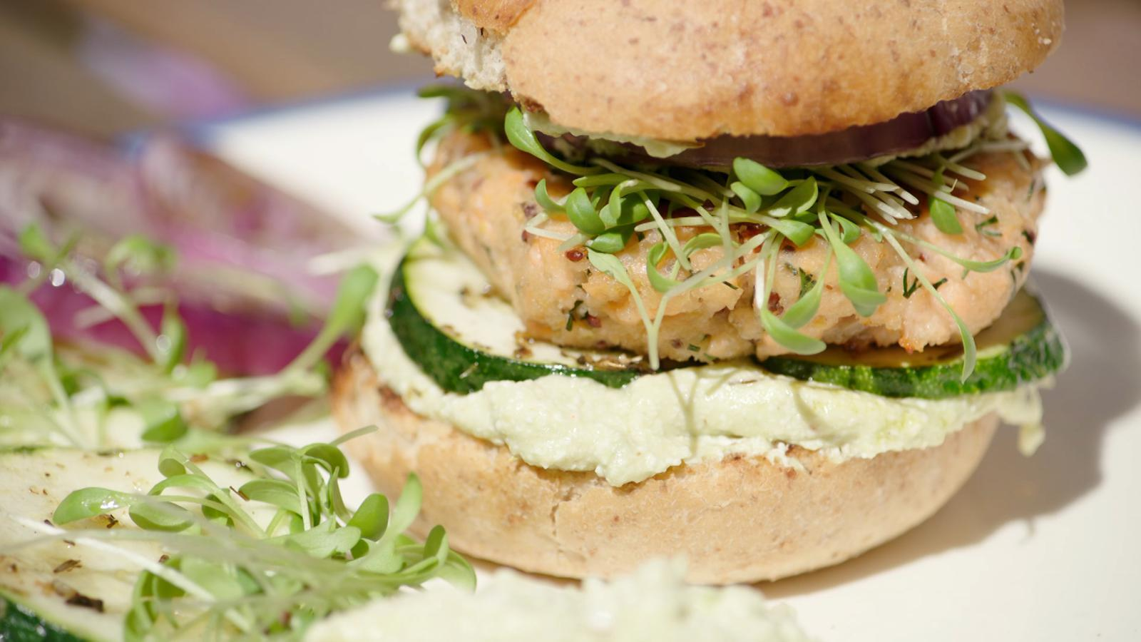 Zalmburgers met cottage cheese en courgette