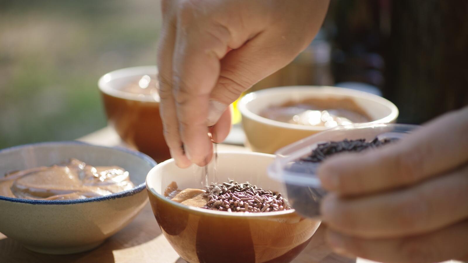Vanille- en chocoladepudding, chocomelk en marshmallows