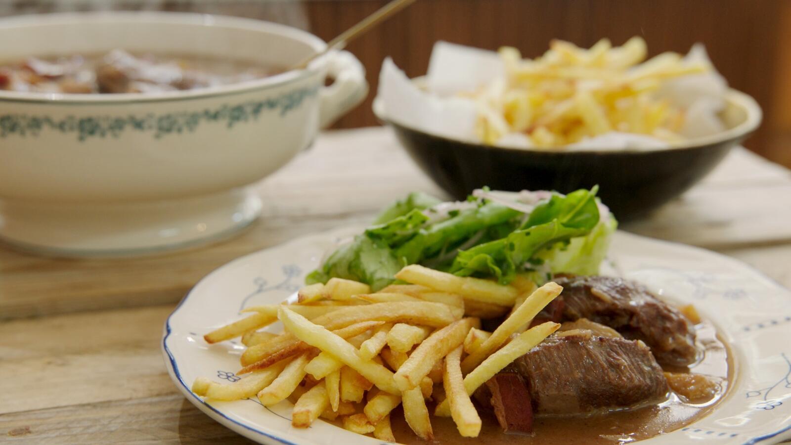 Varkenswangen met pruimen en dunne frietjes