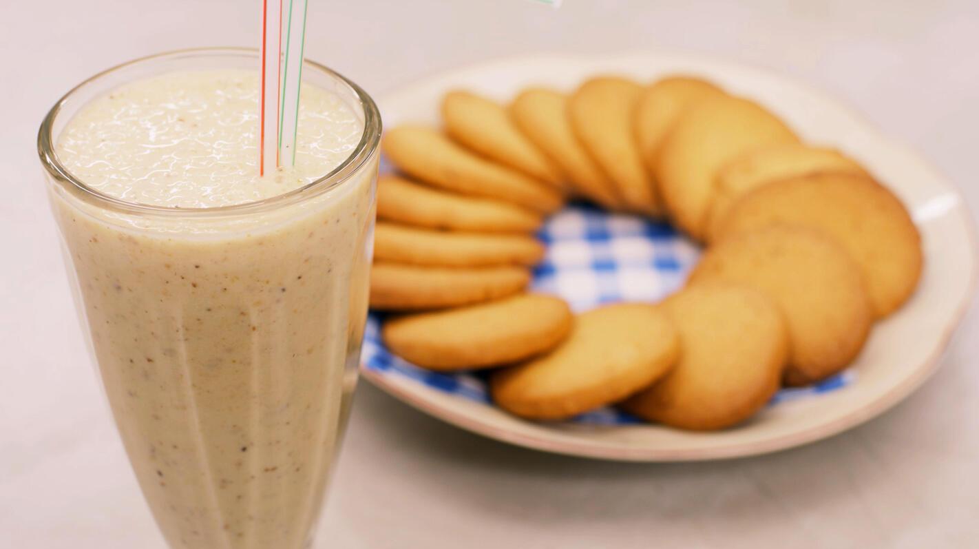 Milkshake met banaan en koekjes