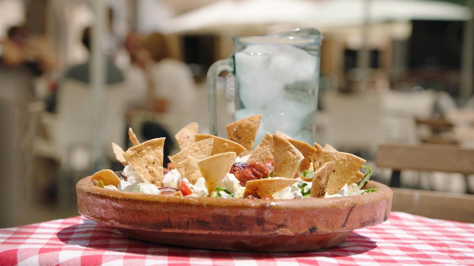 Griekse salade met chorizo en tortillachips
