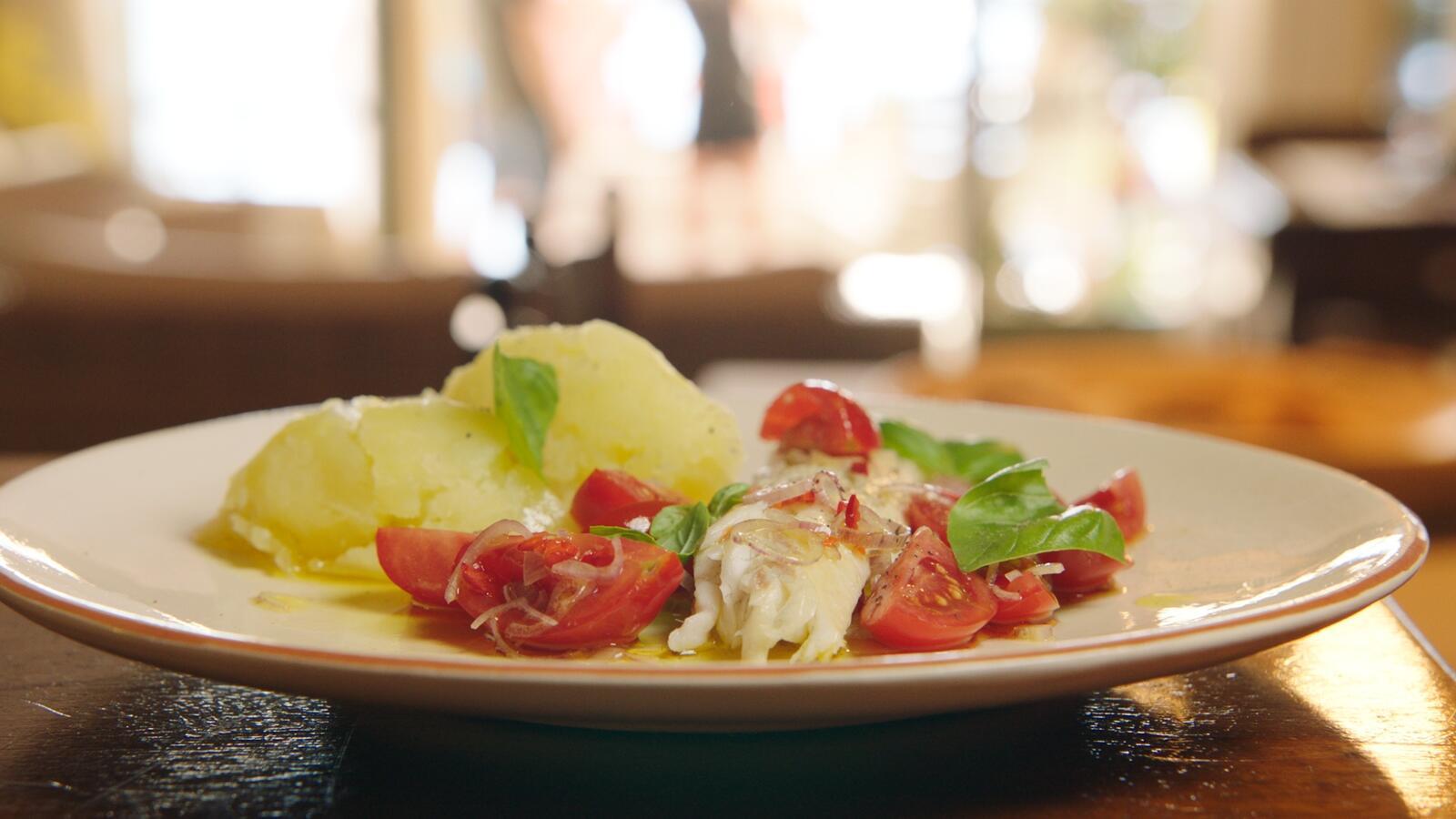 Zeebaars met geplette aardappel en tomaten