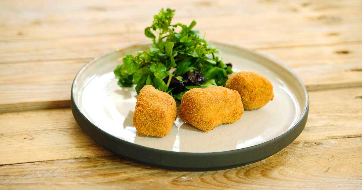 Vleeskroketje van konijn en een salade met pruimen