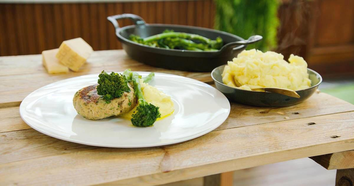 Kippenburgers met parmezaanpuree en broccolini