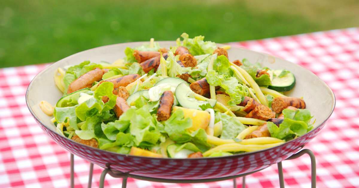 Lauwe salade met aardappel, merguez en verse groenten