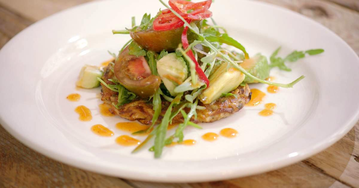 Groenterösti met rucolasalade en srirachadressing